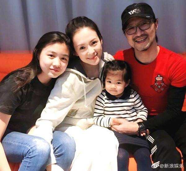 Vợ chồng Chương Tử Di và con gái riêng của Uông Phong (ngoài cùng bên trái), cùng bé Xing Xing.