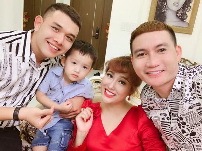Phi Thanh Vân mới tổ chức tiệc mừng tuổi mới tại nhà riêng ở TP HCM. Con trai Tấn Đức và một số bạn bè thân chung vui với người đẹp.