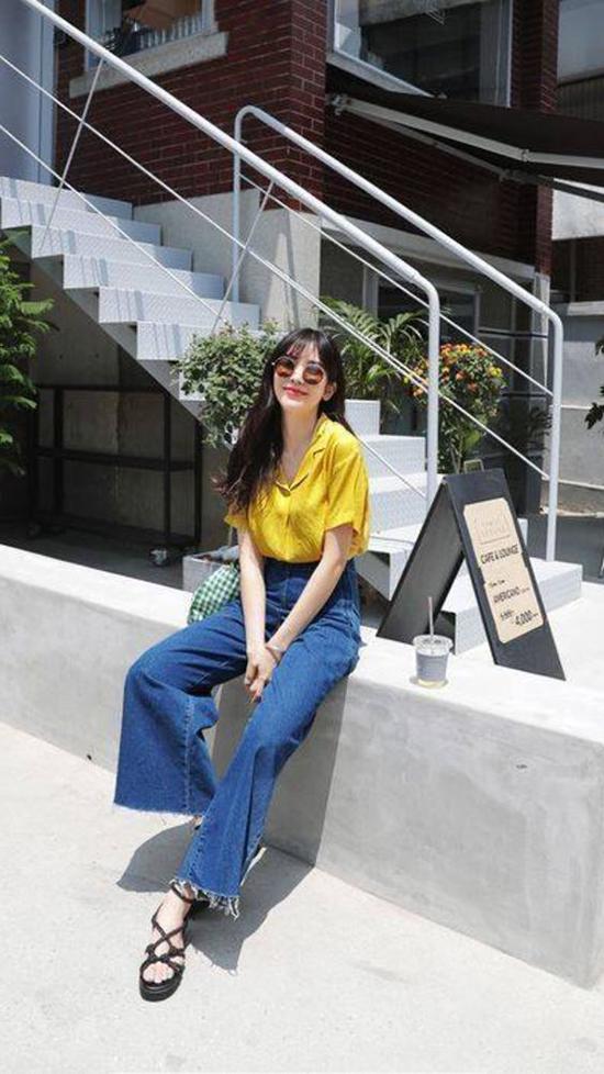 Quần jeans ống suông là trang phục khó lỗi mốt bởi sự đơn giản và tính tiện dụng cao trong việc mix-match trang phục.