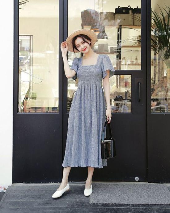 Phụ kiện thiết kế trên các chất liệu thiên nhiên thường được kết hợp cùng váy áo mang hơi hướng phong cách cổ điển.