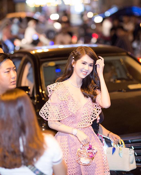 Túi nhựa trong suốt, dáng tròn tựa chiếc cà men của Louis Vuitton được Ngọc Trinh phối cùng váy hồng khi ra mắt phim.