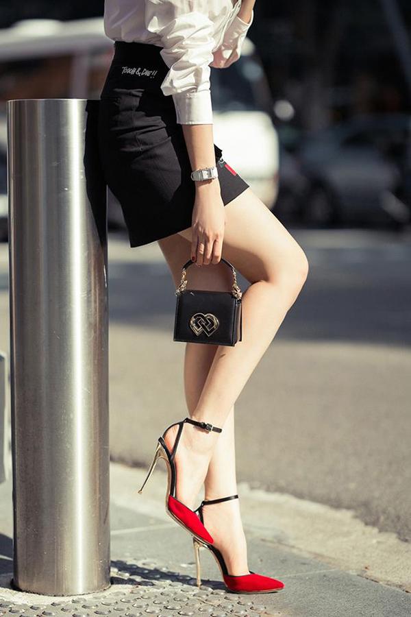 Túi mini nhiều kích cỡ và đến từ các thương hiệu nổi tiếng như D&G, Fendi, Chanel... được stylist riêng chọn lựa một cách hài hoà với từng phong cách street style, thảm đỏ, đi tiệc nhẹ cho Ngọc Trinh thêm sành điệu.