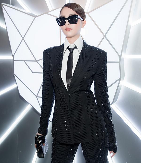 Túi da nhỏ xinh đến từ thương hiệu Chanel giúp diễn viên Vu quy đại náo hoàn thiện set đồ theo phong cách menswear.