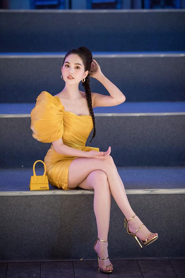 Chiếc túi mini Le Sac Chiquito của Jacquemus trị giá khoảng 12 triệu đồng được các ngôi sao thế giới yêu thích cũng được Ngọc Trinh tậu về để tô điểm cho phong cách tiệc tùng.