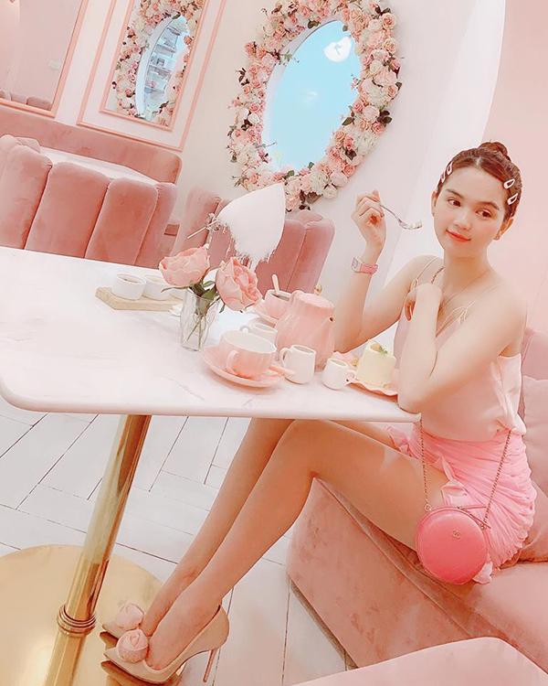 Từ đầu năm 2018, Ngọc Trinh đặc biệt cảm tình với màu hồng. Cô liên tục chọn váy áo và phụ kiện tông màu ngọt ngào này để tôn làn da trắng sáng.