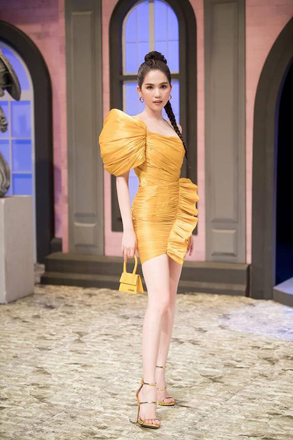 Ngọc Trinh với hình ảnh sang chảnh trong sự kiện với một cây vàng đồng bắt mắ từ bộ cánh tạo khối đến sandal và túi xách mini.