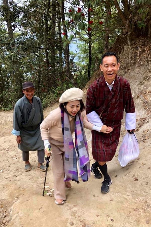 Khi lêndốc, Mai Phương phải đi bộ và đượchướng dẫn viên du lịch người địa phương giúp đỡ. Với tấm lòng thành kính, nữ diễn viên chống gậy, cố gắng chinh phục quãng đường khoảng 4km.