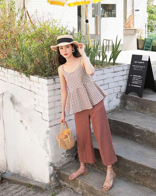 Không chỉ dễ dàng tạo nên sự liên kết với các mẫu đầm mùa hè, mũ nan còn có thể mix cùng các kiểu áo hai dây, quần suông ống rộng.
