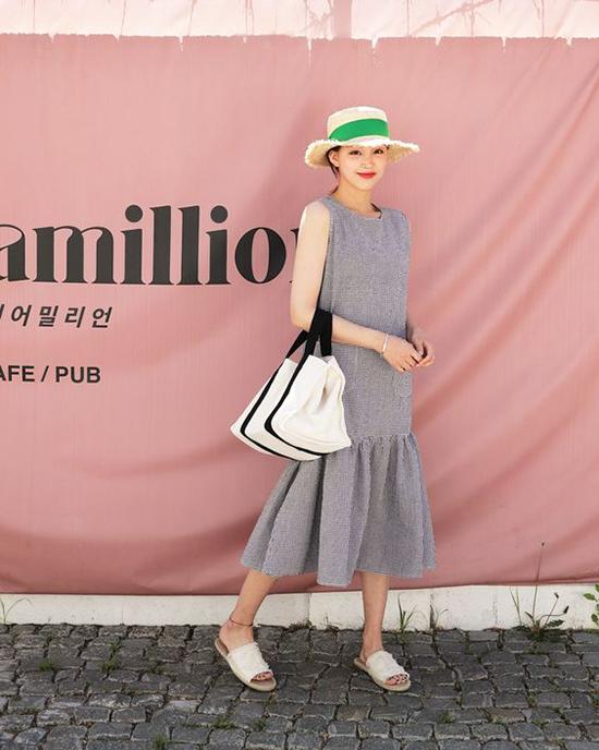 Dép slip on, túi may bằng vải bố và mũ nan là những sản phẩm đang giành được sự quan tâm của các bạn gái trong mùa hè này. Đặc biệt là những cô nàng cổ vũ nhiệt tình cho phong trào sử dụng thời trang thân thiện với môi trường.