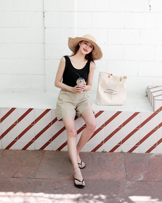 Short, áo thun 3 lỗ, mũ rộng vành tạo nên set đồ phù hợp khi xuống phố cà phê vào dịp cuối tuần, hay thong dong khán phá những miền đất mới.
