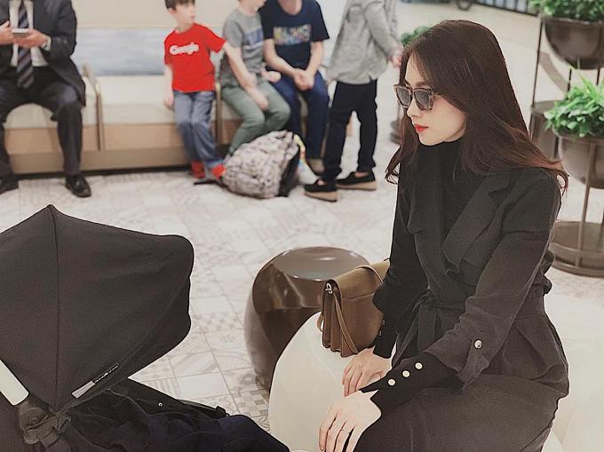 Hoa hậu Đặng Thu Thảo diện cả cây đồ đen khi đi chơi cùng gia đình. Hoa hậu Việt Nam 2012 hỏi fan: Có giống bắt cócem bé quá không?.