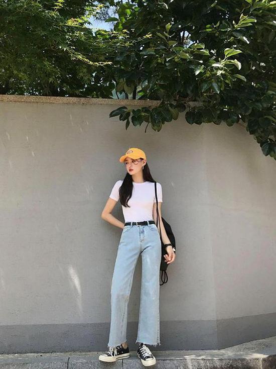 Để set đồ jeans xanh, áo thun trắng không còn nhàm chán, các bạn gái có thể mix thêm sắc màu cho phụ kiện giầy, túi xách và mũ lưỡi trai phù hợp với mùa nắng.