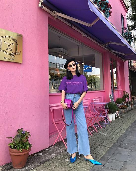 Trong tiết trời oi nồng, các mẫu áo thun xệ vai, áo thun dáng rộng sẽ mang lại cảm giác thoải mái cho bạn gái khi xuống phố, đi cà phê cùng bạn bè.