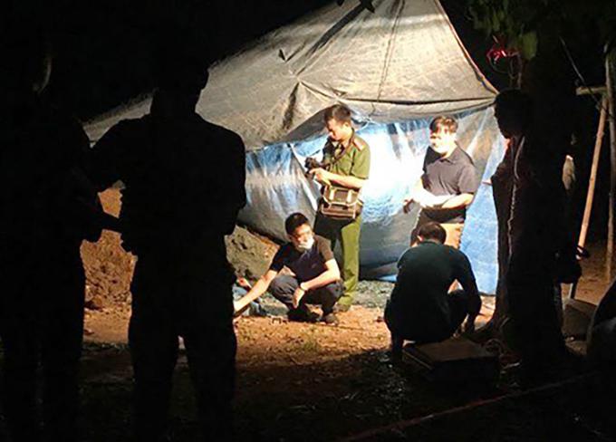 Cảnh sát khám nghiệm hiện trường vụ án mạng. Ảnh:Văn Thanh.
