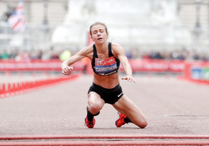 Nữ VĐV marathon khuỵu ngã ở sát vạch đích