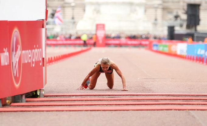 Nữ VĐV marathon khuỵu ngã ở sát vạch đích - 1
