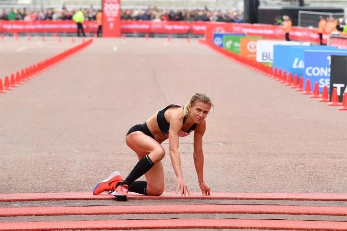 Nữ VĐV marathon khuỵu ngã ở sát vạch đích - 2