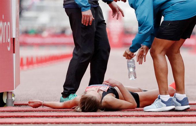 Nữ VĐV marathon khuỵu ngã ở sát vạch đích - 3