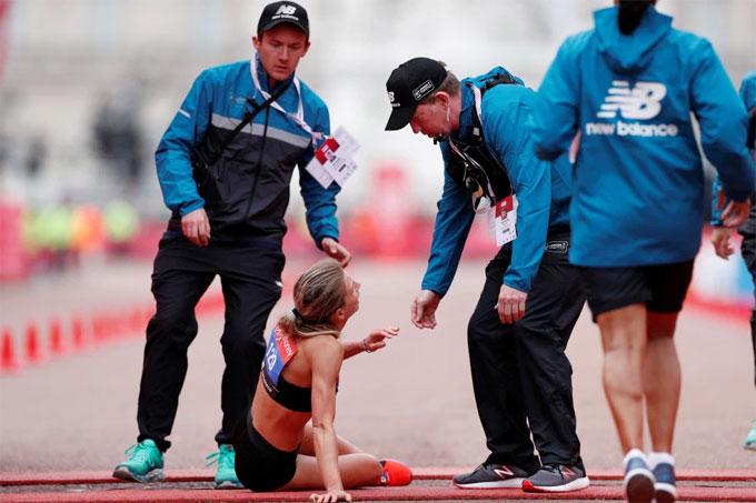 Nữ VĐV marathon khuỵu ngã ở sát vạch đích - 4