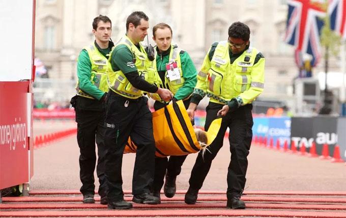 Nữ VĐV marathon khuỵu ngã ở sát vạch đích - 5