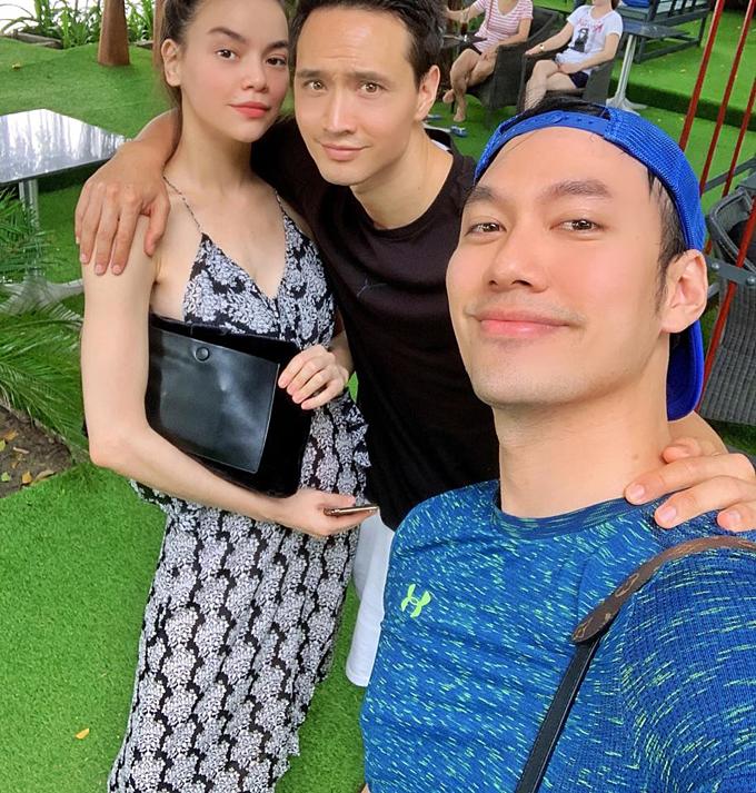 Nhà thiết kế Lý Quí Khánh chia sẻ về bức ảnh chụp cùng Hồ Ngọc Hà và Kim Lý: Ganh tị với sự hạnh phúc của haianh chị này, sao không ai ôm Khánh, hôn Khánh kiểu này vậy. Hay là tại Khánh?.