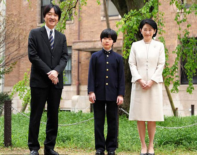 Hoàng tử Hisahito (giữa) và bố mẹ - Hoàng tử Akishino và Công nương Kiko. Ảnh: Asahi Shimbun.