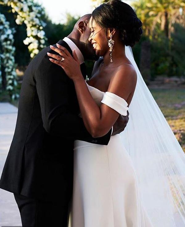 Vợ tài tử Avengers mặc váy cưới thêu thông điệp đặc biệt