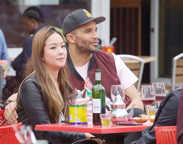 Bạn gái James có vẻ là người gốc Á, cá tính khi đeo khuyên lưỡi.