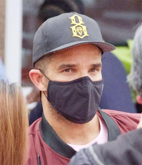 Tuy nhiên sau đó cựu thủ môn Anh khiến nhiều người chú ý khi đeo mặt nạ che kín mặt