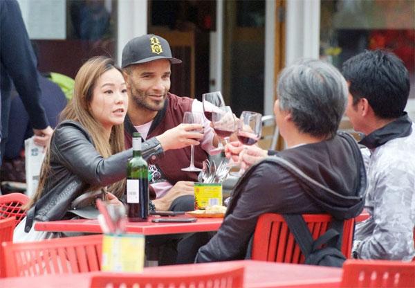 David James nâng ly với bạn gái và gia đình cô trong bữa trưa hôm 26/4.