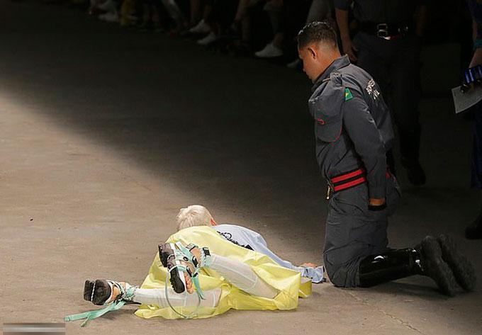 Người mẫu Soares (26 tuổi) bị vấp ngã và tử vong trên sân khấu của tuần lễ thời trang Sao Paulo tối 27/4. Ảnh: Wire Feeds.