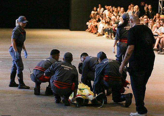 Soares được đưa lên cáng để chuyển tới bệnh viện sau cú ngã trong buổi biểu diễn ở Sao Paulos Fashion Weel tối 27/4. Ảnh: AP.