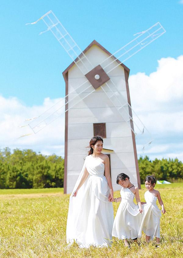 Minh Hà đưa hai con lên Đà Lạt chơi và xem ông xã làm phim. Ba mẹ con mặc trang phục kiểu nữ thần chụp ảnh với chiếccối xay gió cao 14m mà vợ chồng cô đã dựng lên để quay phim Lật mặt: Nhà có khách.