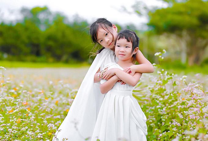 Minh Hà tiết lộ, hai con gái của cô rất tình cảm và thương yêu nhau. Nhờ vậy, dù gia đình đông con nhưng vợ chồng Lý Hải không cảm thấy quá vất vả vì các bé biết bảo ban, tự chơi với nhau khi bố mẹ bận.