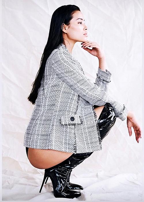 Phạm Hương chụp hình với style kín trên hở dưới.