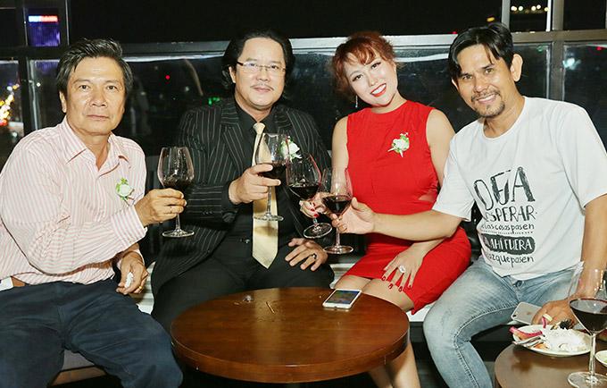 Nghệ sĩ Công Hậu (vest kẻ) và một số bạn bè nâng ly uống mừng tuổi 37 của Phi Thanh Vân.