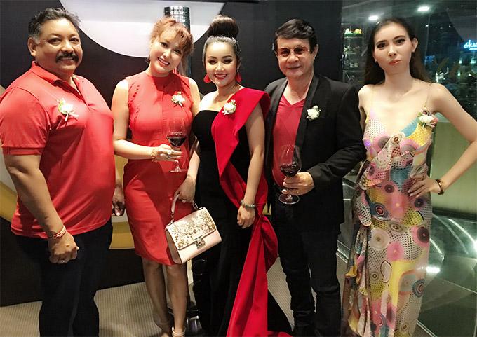 Trong ngày sinh nhật Phi Thanh Vân tranh thủ chạy show sự kiện. Cô được nhiều bạn bè nghệ sĩ chúc mừng tuổi mới.