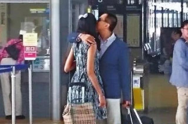 Cặp đôi hôn nhau tình tứ ở sân bay cách đây ít lâu.