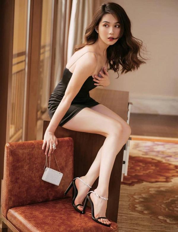 Thay vì túi xách tay to bản của Hermes, Chanel, Gucci... Ngọc Trinh dành nhiều tình cảm cho các mẫu túi bé xinh. Các mẫu túi siêu mini chỉ đựng vừa thỏi son hay túi phom dáng nhỏ nhắn được nữ hoàng nội y liên tục chọn lựa để mix đồ.