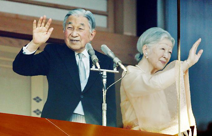 Nhật hoàng Akihito và Hoàng hậu Michiko. Bà Michiko là một dân thường trước khi cưới vua. Ảnh:Nikkei.