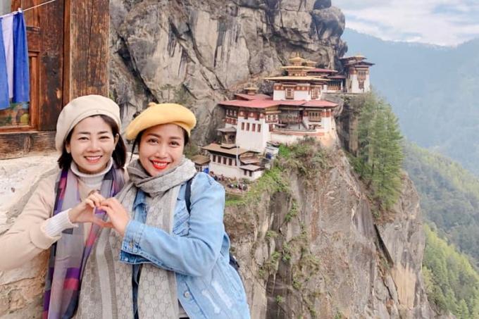 Mai Phương (trái) và Ốc Thanh Vân cùng nhau du lịch đến quốc gia hạnh phúc Bhutan. Dù đang điều trị bệnh ung thư, Mai Phương vẫn cố gắng chinh phục địa hình khó khăn tại Bhutan để thăm quan nhiều thắng cảnh: hàng Hồ - Tigers Nest (ảnh), thủ đô Thimphu.. Họ cùng nhau cầu nguyện sức khỏe, bình an.