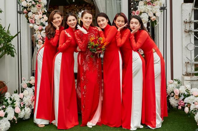 Dàn phụ dâu xinh đẹp chụp ảnh kỷ niệm cùng Lê Hà.