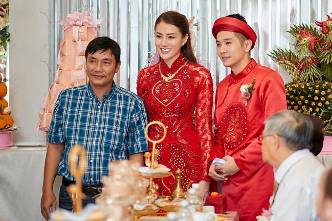 Cặp đôi cùng diện áo dài đỏ nổi bật trong ngày vui trọng đại. Chia sẻ với Ngoisao.net trước đó,