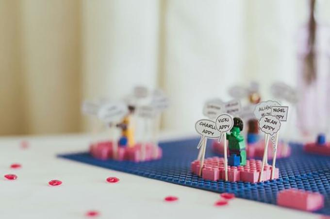 Bộ lego mô phỏng các nhân vật trong Avengers sẽ khiến bàn tiếp tân tại đám cưới trở nên thú vị hơn.