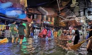 Mưa giông giữa đêm, nhiều phố Hà Nội ngập úng