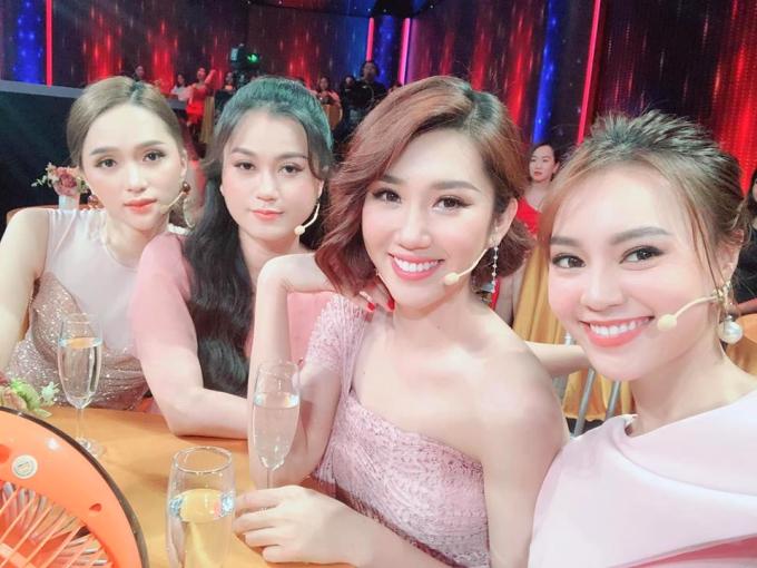 Hoa hậu Hương Giang, Lâm Vỹ Dạ, Thúy Ngân, Lan Ngọc hội ngộ khi quay chương trình Quý ông đại chiến.