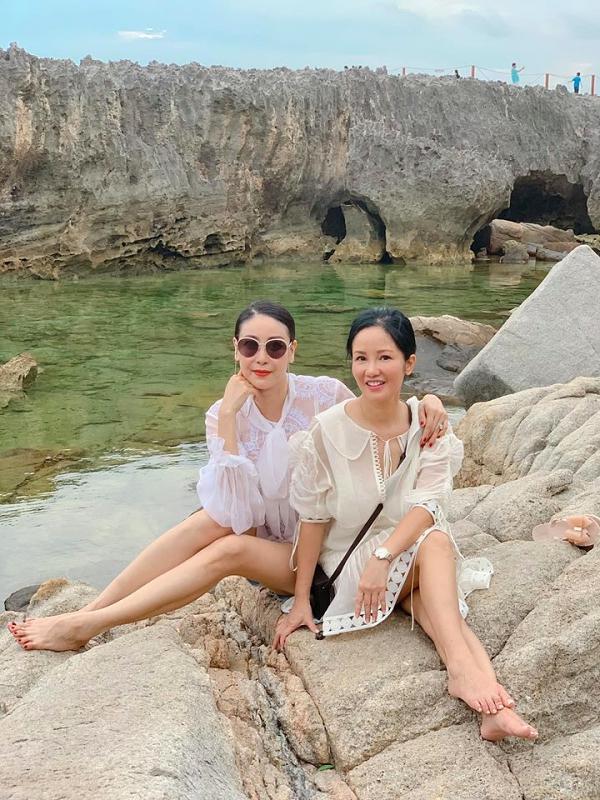 Hoa hậu Hà Kiều Anh (trái) và ca sĩ Hồng Nhung cùng gia đình tận hưởng ngày Lễ tại một resort cao cấp ở Ninh Thuận.