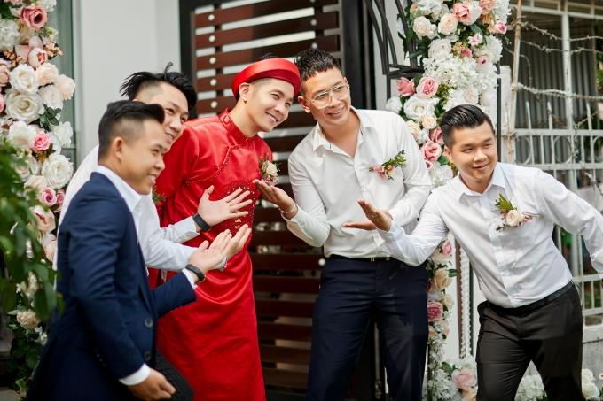 Bạn bè thân thiết chúc mừng chú rễ trăm năm hạnh phúc bên bà xã Lê Hà.