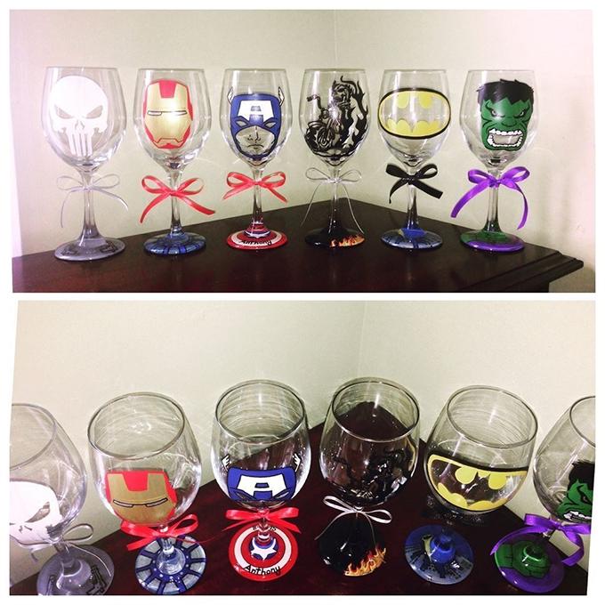 Những chiếc cốc đều gắn liền với các siêu anh hùng trong phim Avengers. Đặc biệt, trên cốc có hình ảnh của Captain America có tên của chú rể - fan của vị anh hùng này.