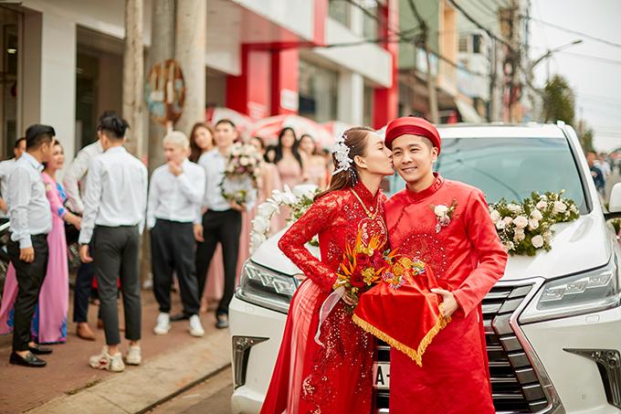 Hoa cầm tay cô dâu cũng là sáng tạo từ NTK Bảo Bảo vì anh muốn có được sự đồng điệu giữa phụ kiện cưới và trang phục cô dâu. Bó hoa được kết từ hoa thiên điểu, hoa hồng và trái cau.
